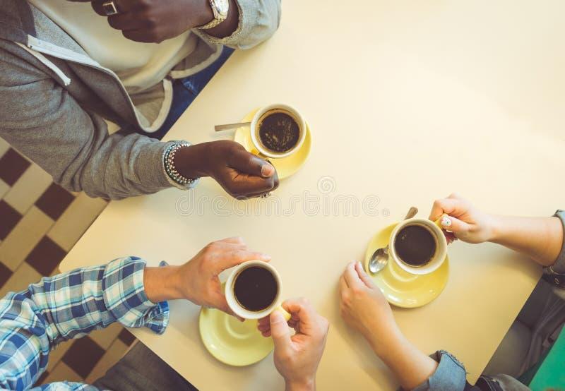 Süßes Hörnchen und ein Tasse Kaffee im Hintergrund stockbild