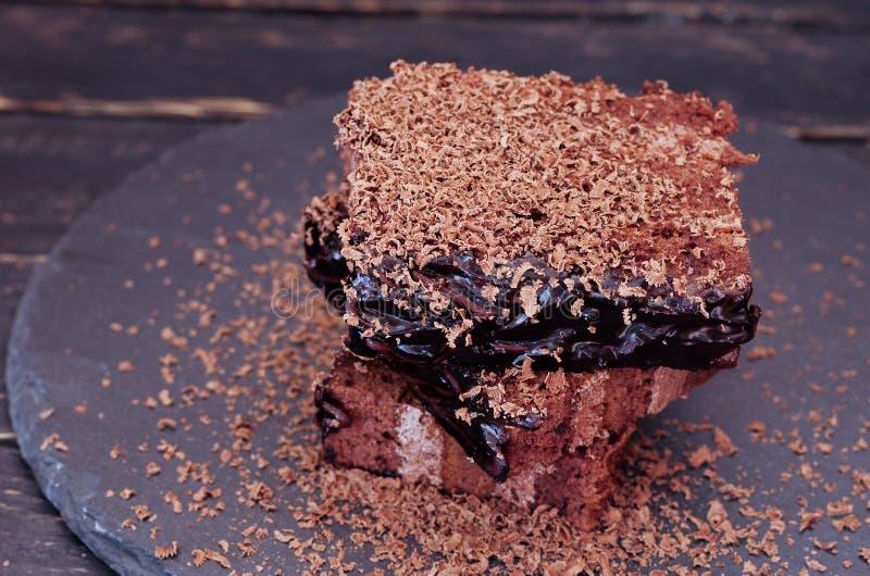 Süßes Hörnchen und ein Tasse Kaffee im Hintergrund Kaffeekuchen auf dem Recht Platz für Text auf dem links stockfotografie