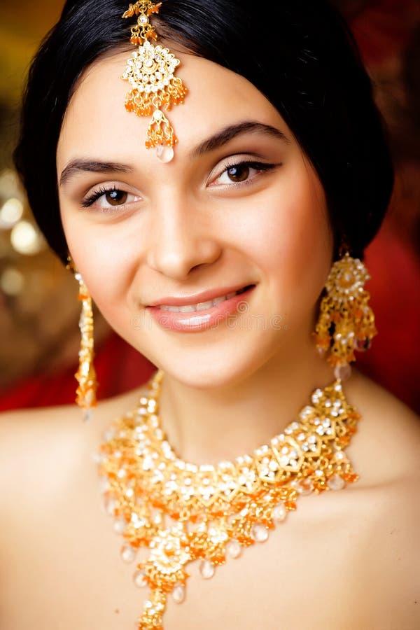 Süßes indisches Mädchen der Schönheit im Sari nah oben lächelnd stockbilder
