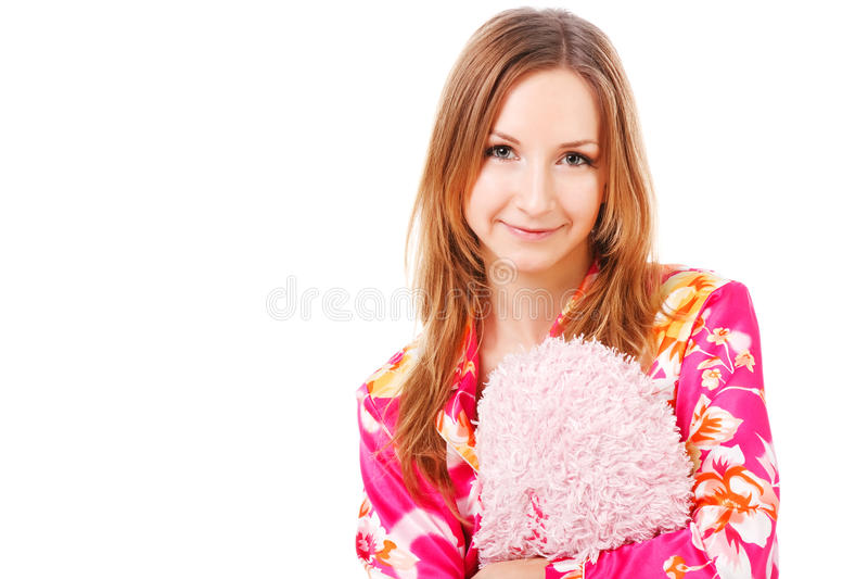 Süßes junges Mädchen in den rosafarbenen Pyjamas auf Bett stockbild