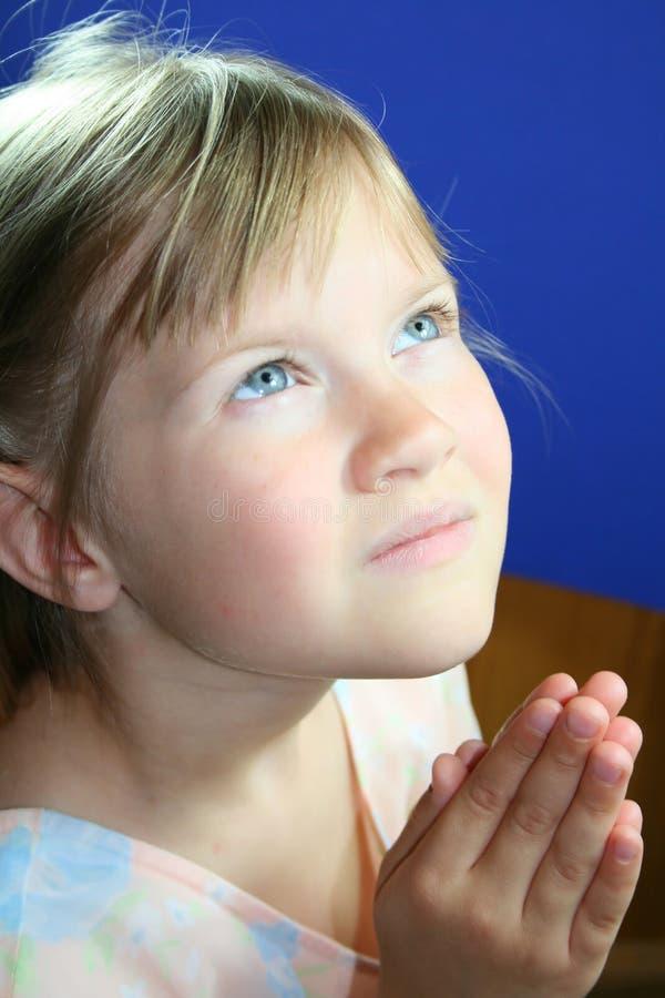 Süßes kleines betendes Mädchen. lizenzfreies stockbild