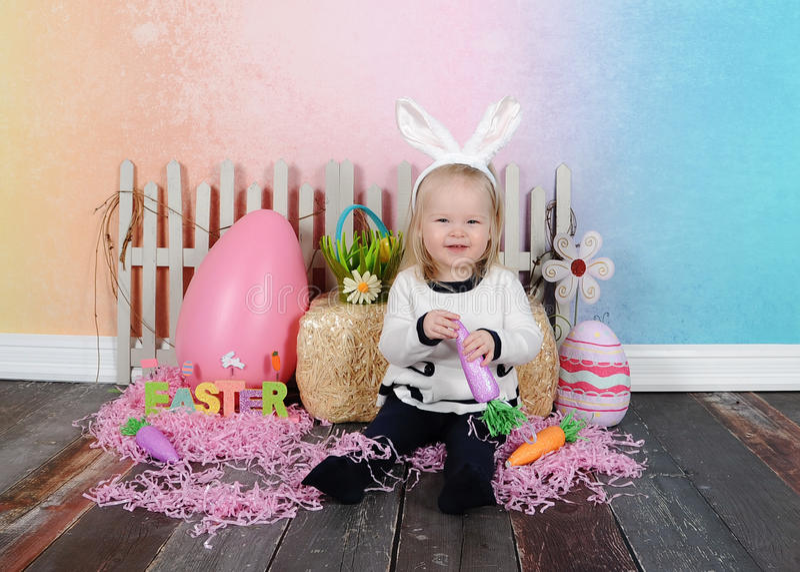 Süßes kleines Mädchen, das für Ostern aufwirft stockfotografie