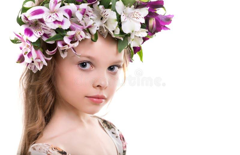 Süßes kleines Mädchen mit Blumenhauptkranz lizenzfreies stockbild