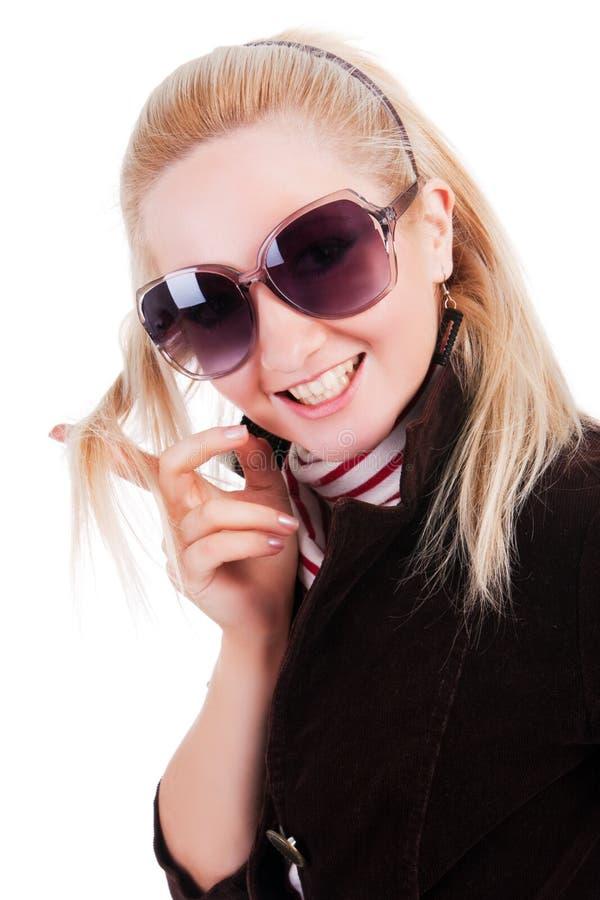 Süßes lächelndes Mädchen in Sonnenbrillen stockfoto