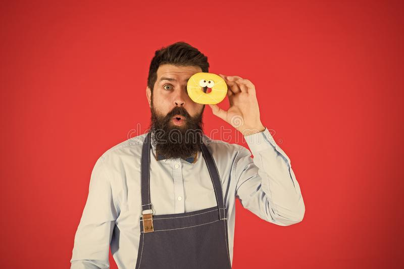 Süßes Leben Bärenmann im Vorfeld Ernährung und gesunde Ernährung Doughnut-Diät Kalorie Hunger fühlen Keine Diät Köchin im Café stockfoto