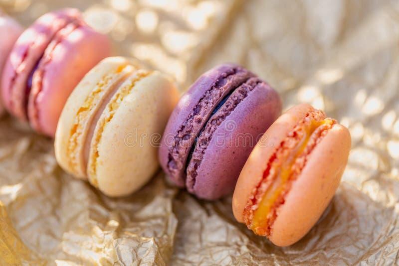 Süßes luftiges französisches Gebäck Nachtisch von macarons am Sommerabend im Obstgarten Flache Sch?rfentiefe lizenzfreies stockfoto