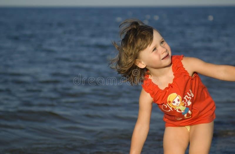 Süßes Mädchen auf dem Strand stockfotos