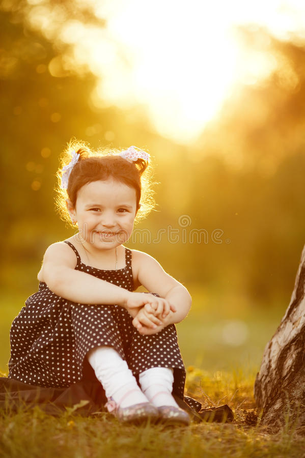 Süßes Mädchen auf Sonnenuntergang stockbilder