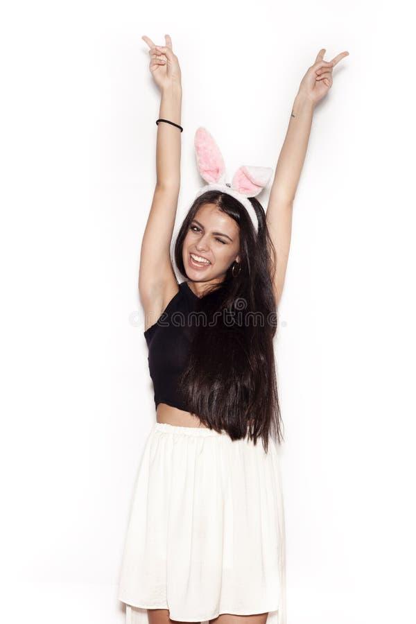 Süßes Mädchen, das Spaß auf weißem Hintergrund hat lizenzfreie stockfotos