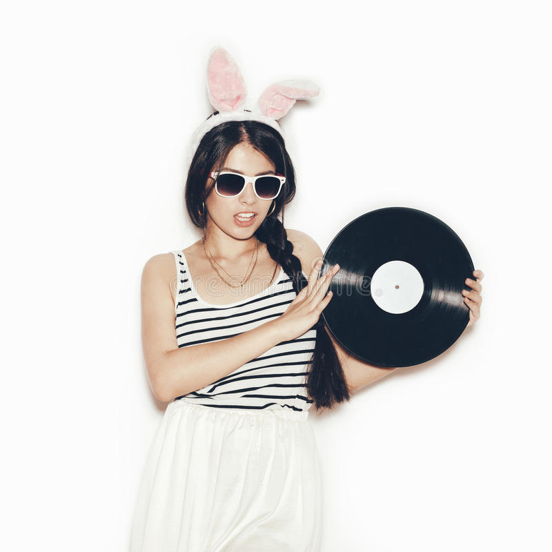 Süßes Mädchen, das Spaß mit musikalischer Platte auf weißem Hintergrund hat lizenzfreie stockfotografie