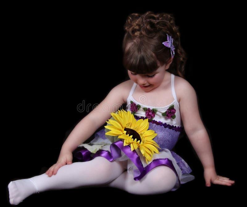 Süßes Mädchen im Ballettausstattungs-Sitzenblick lizenzfreies stockfoto