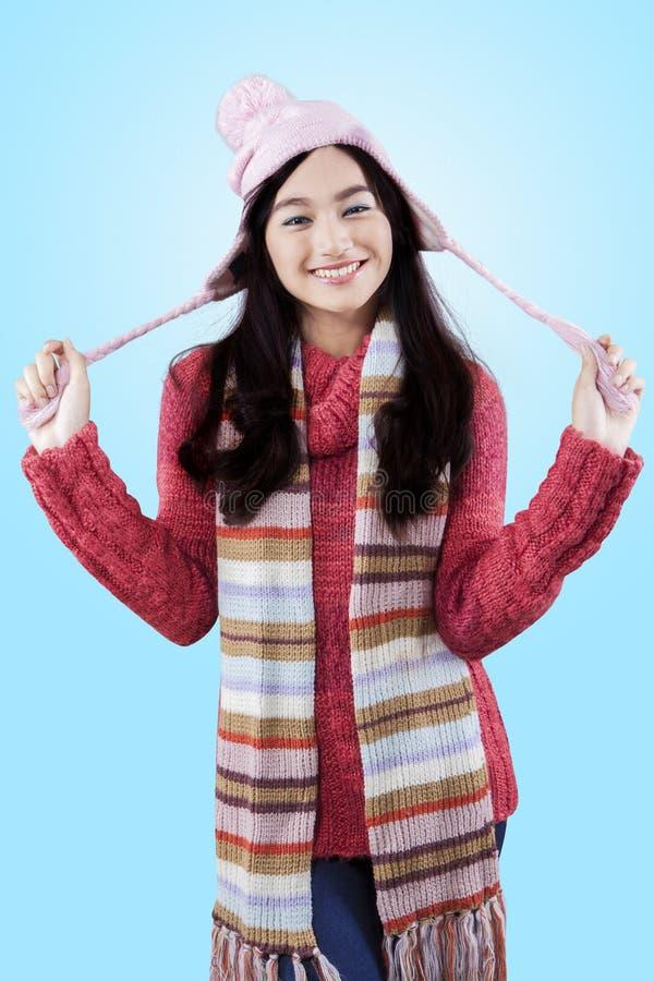 Süßes Mädchen mit dem Winterabnutzungslächeln glücklich lizenzfreies stockfoto