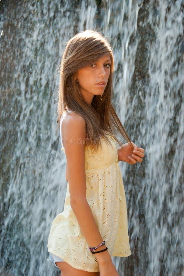 Süßes Mädchen nahe des Wasserstroms stockbilder