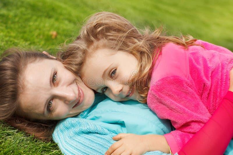 Süßes Mädchen und ihre Mutter stockbilder