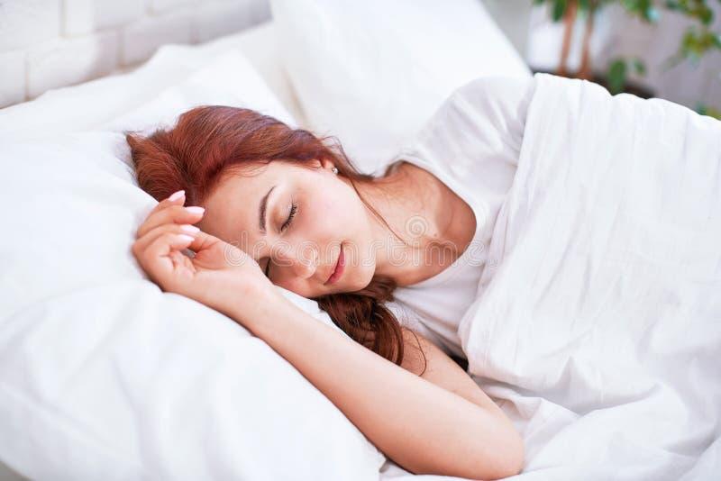 Süßes Mädchenschlafenschlafzimmer morgens hell stockfotos