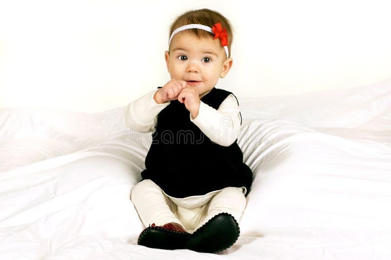Süßes Schätzchen, das oben sitzt lizenzfreies stockfoto
