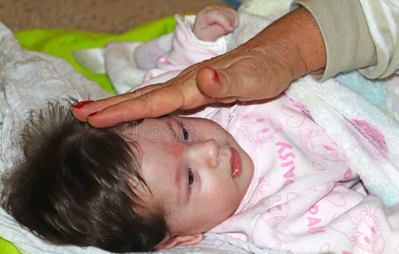 Süßes und unschuldiges neugeborenes Baby lizenzfreie stockfotografie