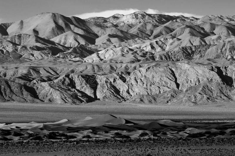 Süßhülsenbaum-Sanddünen und Berge in Death Valley lizenzfreie stockfotos
