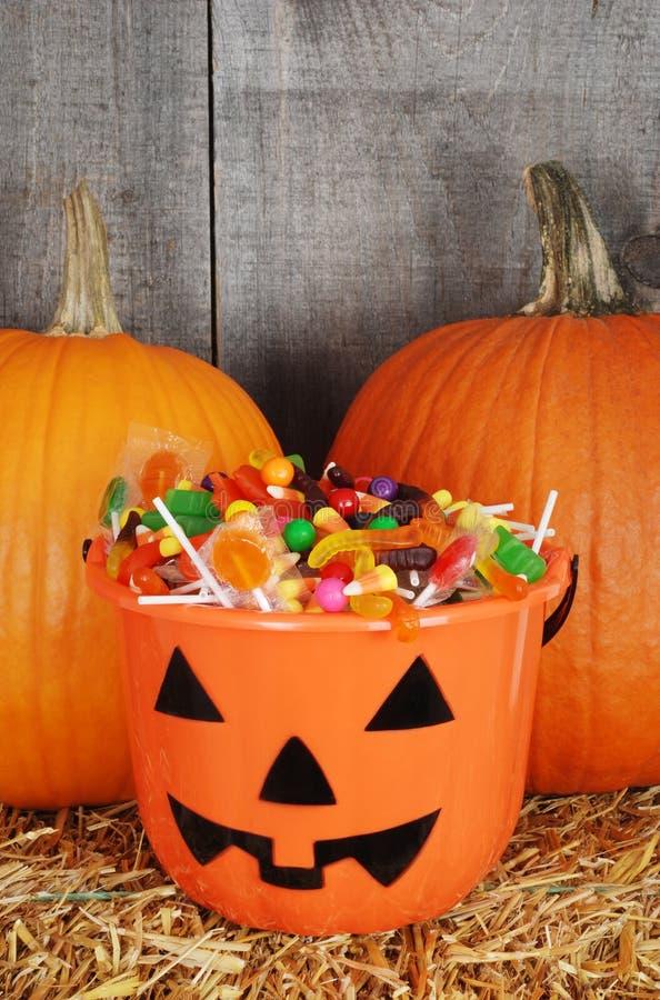 Süßigkeit gefüllte Halloween-Kürbiswanne stockbilder