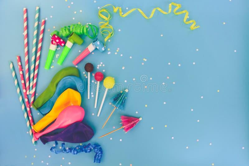 Süßigkeit, Pfeifen, Ausläufer, Ballone auf Feiertagstabelle Konzept von Kind-` s Geburtstagsfeier lizenzfreies stockfoto