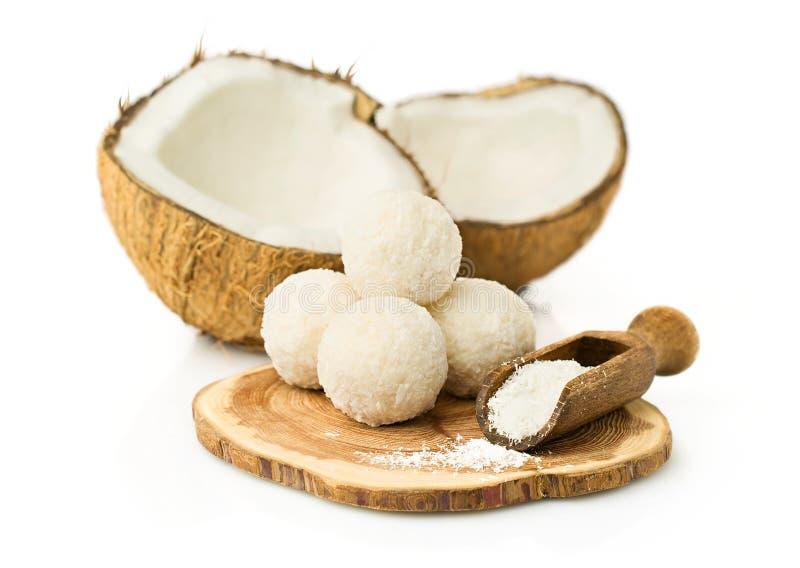 Süßigkeiten in den Kokosnussflocken und in der frischen Kokosnuss stockbilder