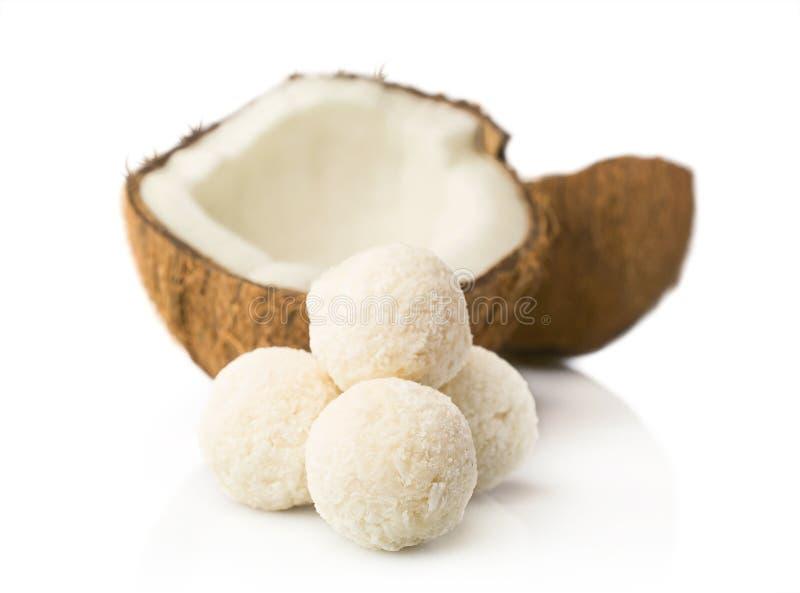Süßigkeiten in den Kokosnussflocken und in der frischen Kokosnuss lizenzfreies stockbild