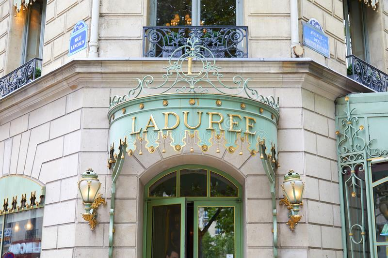S??igkeiten-Speichereingang Laduree ber?hmter in Champs-Elysees in Paris, Frankreich stockbilder