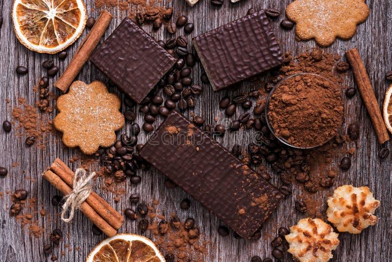 Süßigkeitenprodukt-Schokoladenoblaten, Plätzchen, Kokosnusskekse auf einem Holztisch, Draufsicht stockbilder