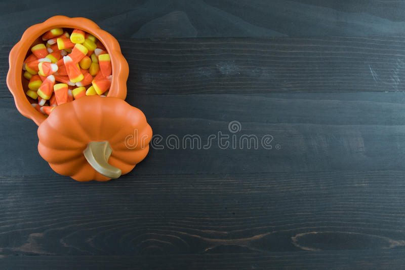 Süßigkeits-Mais im keramischen Kürbis stockfotos
