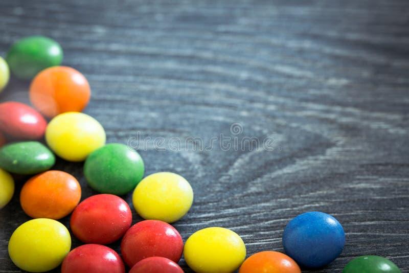 Süßigkeitsdragées auf hölzernem Brett lizenzfreie stockfotografie