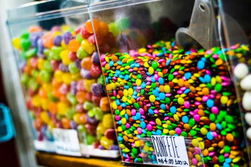 Süßigkeitsglas mit farbiger Diskette stockfoto