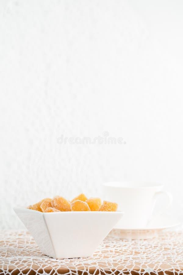 Süßigkeitsingwer in der weißen Porzellanschüssel lizenzfreie stockfotos