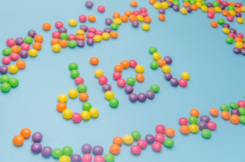 Süßigkeitskaramel zeichnete Wortdiät, auf blauem Hintergrund, Nahaufnahme lizenzfreie stockfotos