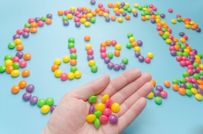 Süßigkeitskaramel zeichnete Wortdiät, auf blauem Hintergrund, Nahaufnahme stockfotografie
