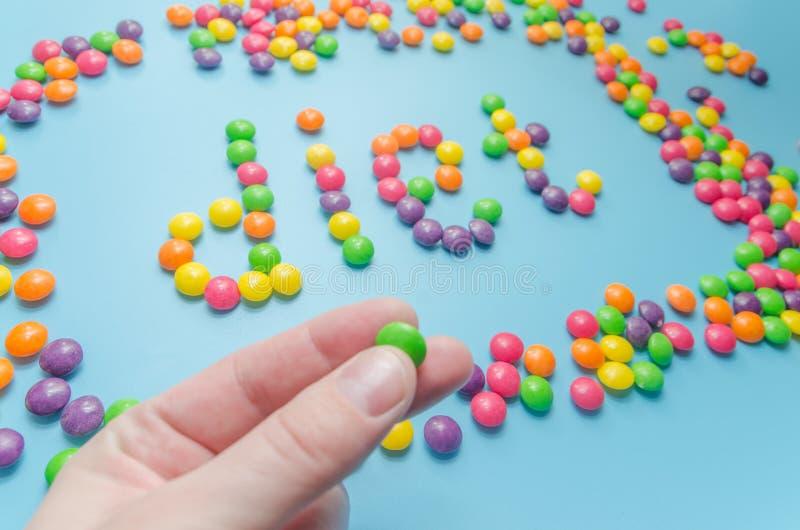 Süßigkeitskaramel zeichnete Wortdiät, auf blauem Hintergrund, Nahaufnahme stockbilder