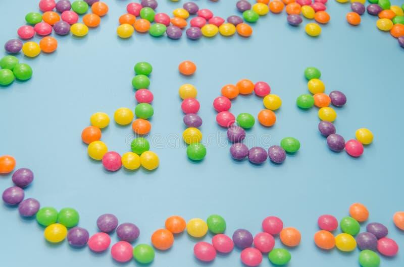 Süßigkeitskaramel zeichnete Wortdiät, auf blauem Hintergrund, Nahaufnahme lizenzfreie stockfotografie