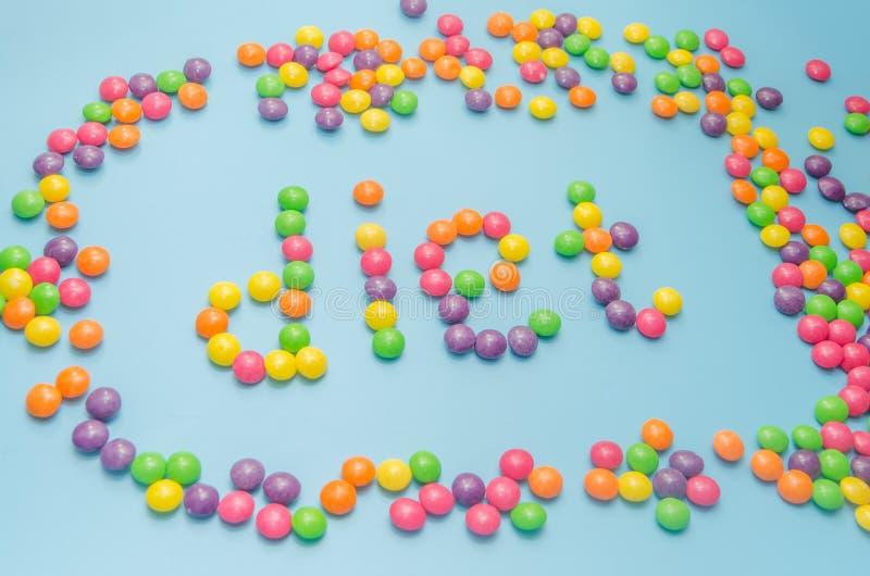 Süßigkeitskaramel zeichnete Wortdiät, auf blauem Hintergrund, Nahaufnahme lizenzfreie stockbilder