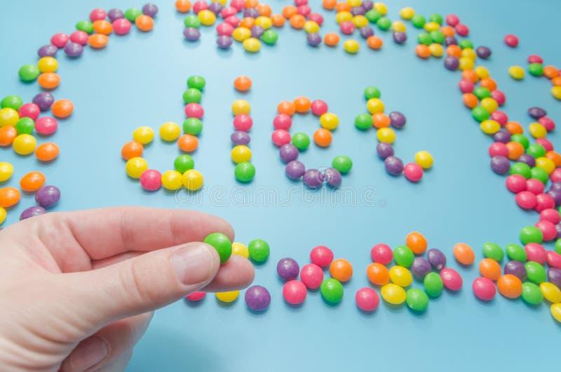 Süßigkeitskaramel zeichnete Wortdiät, auf blauem Hintergrund, Nahaufnahme stockfoto
