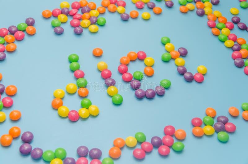Süßigkeitskaramel zeichnete Wortdiät, auf blauem Hintergrund, Nahaufnahme stockbild