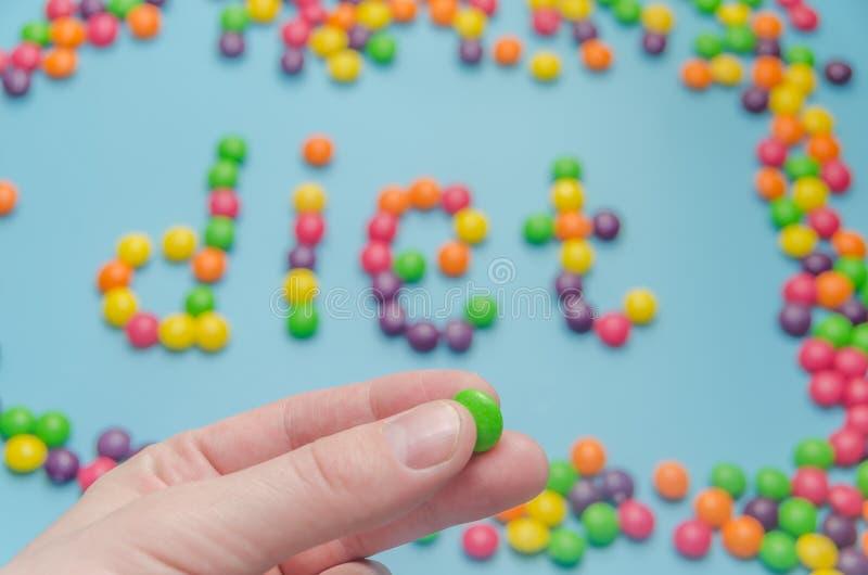 Süßigkeitskaramel zeichnete Wortdiät, auf blauem Hintergrund, Nahaufnahme stockfotos