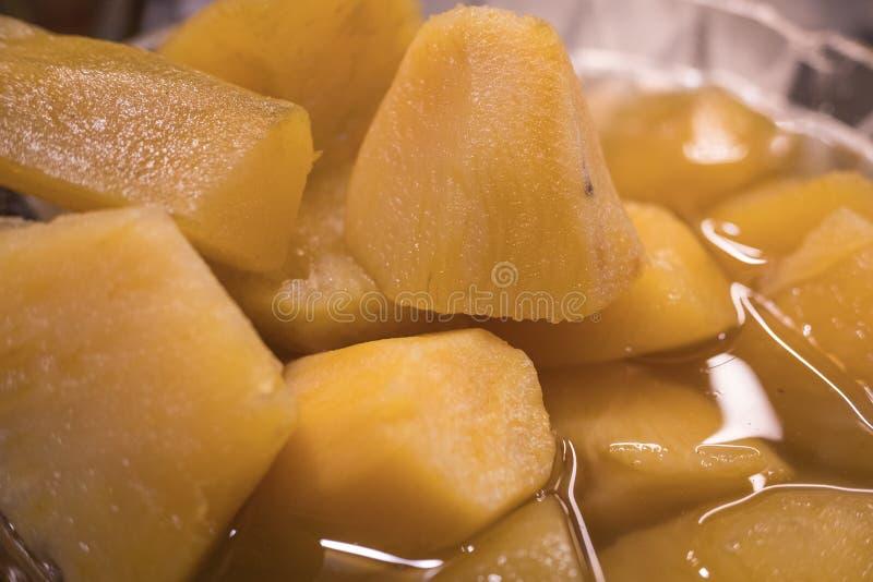 Süßkartoffel Convolvulaceaesüßigkeit mit Sirup lizenzfreie stockbilder