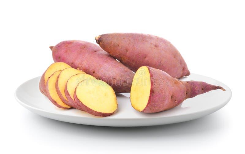Süßkartoffel in einer Platte lokalisiert auf einem weißen Hintergrund lizenzfreie stockbilder