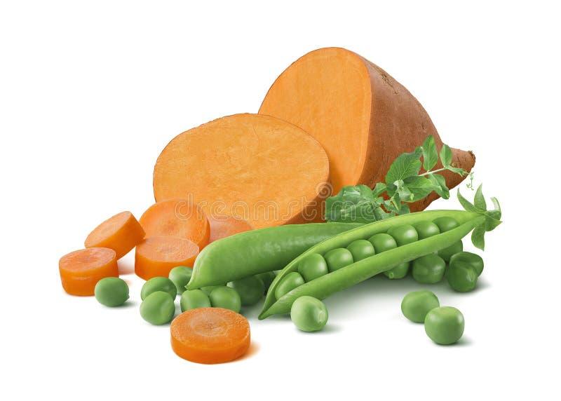 Süßkartoffel, Karottenstücke und grüne Erbsen lokalisiert auf weißem BAC stockfoto
