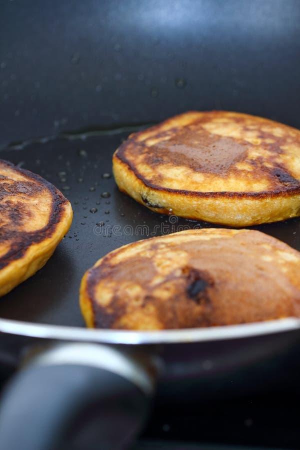 Süßkartoffel-Pfannkuchen mit Schokoladensplittern lizenzfreies stockbild