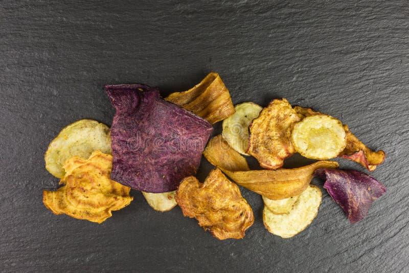 Süßkartoffel- und Pastinakchips stockfotos