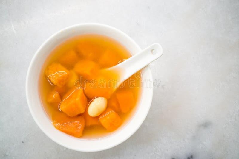 Süßspeise des traditionellen Chinesen von Süßkartoffeln mit Ginkgo stockfotos