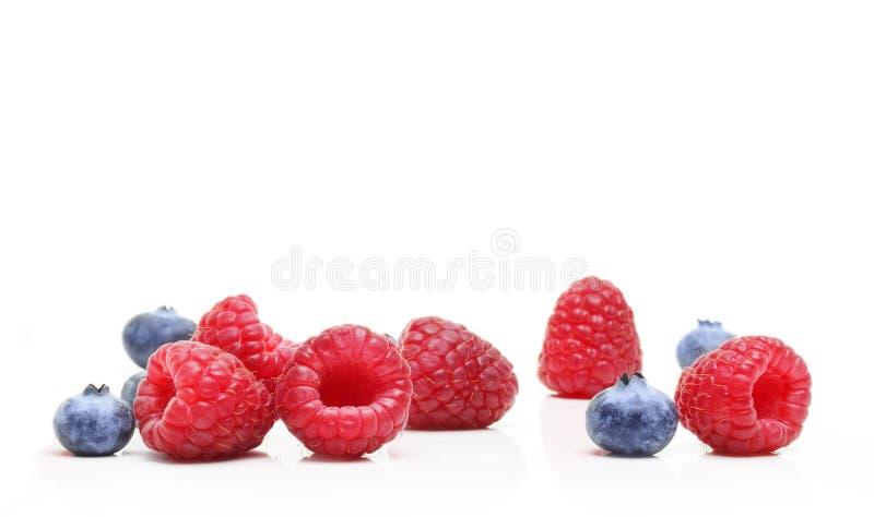 Süßspeise, Himbeere und Blaubeere lizenzfreie stockbilder