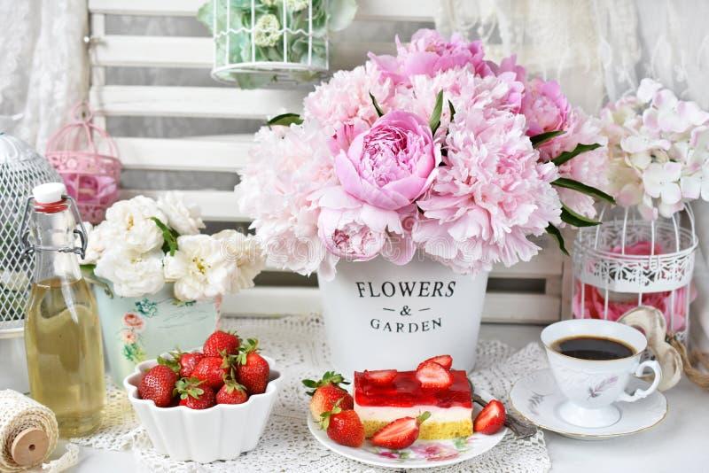 Süßspeise mit Erdbeergeleekuchen und frischen Früchten stockfotos