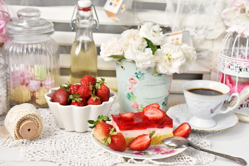 Süßspeise mit Erdbeergeleekuchen und frischen Früchten stockfoto