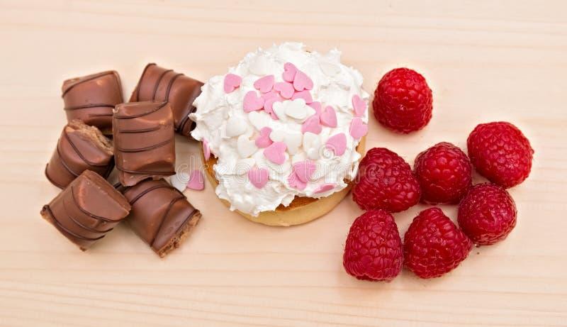 Süßspeise-Pfannkuchen mit Vanillecreme, -himbeere und -schokolade stockbilder
